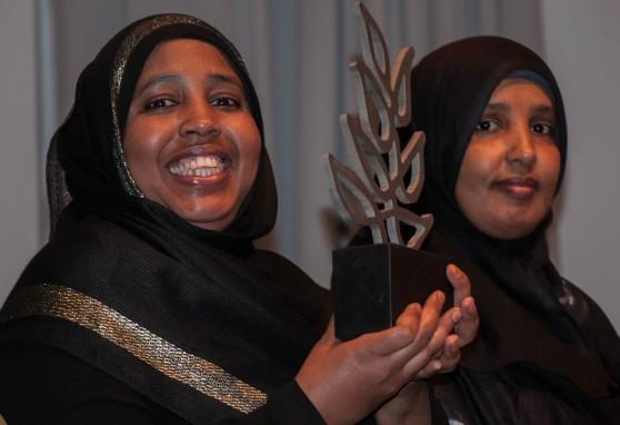 Foto af to kvinder som smiler og kigger i kameraet. Den ene holder liviaprisen